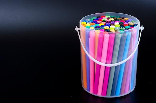 Nombreux marqueurs de couleur dans l'emballage. studio photo
