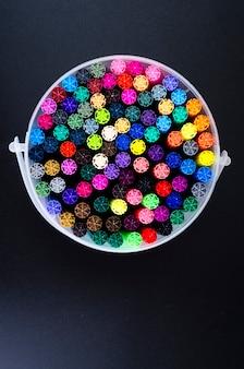 Nombreux marqueurs de couleur dans l'emballage