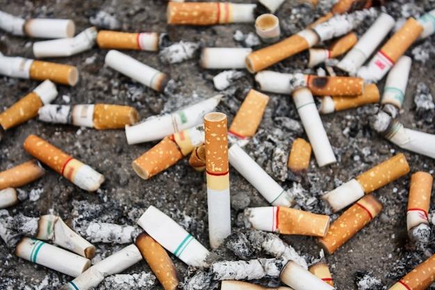 De nombreux mégots de cigarettes dans le cendrier