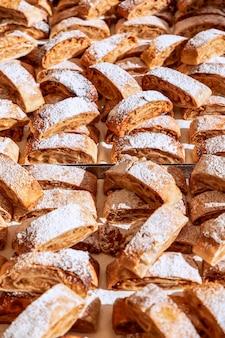 De nombreux morceaux de strudel aux pommes traditionnel au marché d'automne de l'épicerie