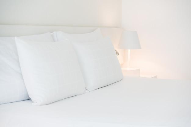 De nombreux oreillers blancs