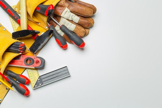 De nombreux outils sur fond blanc