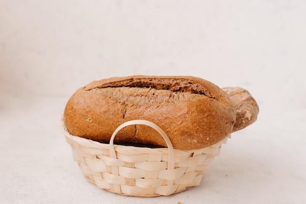 De nombreux pains et petits pains mélangés ont tiré d'en haut.