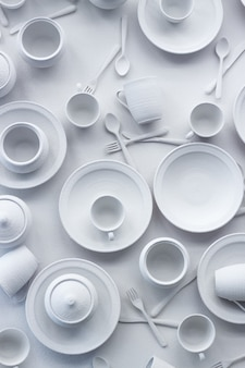 De nombreux plats et appareils sont peints en blanc sur une surface blanche