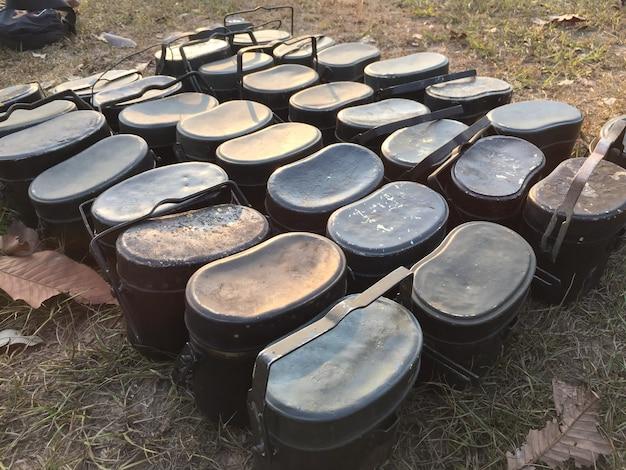 De nombreux pots de camping reposent sur une pelouse sèche