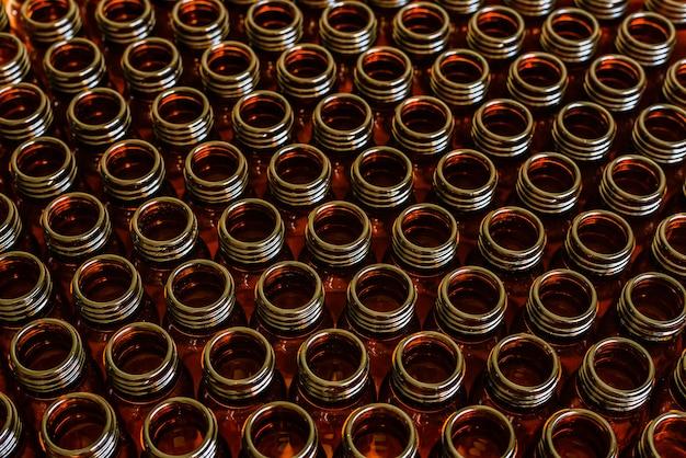 Nombreux pots en verre pour médicaments vides assortis, concept de l'industrie pharmaceutique et chimique.