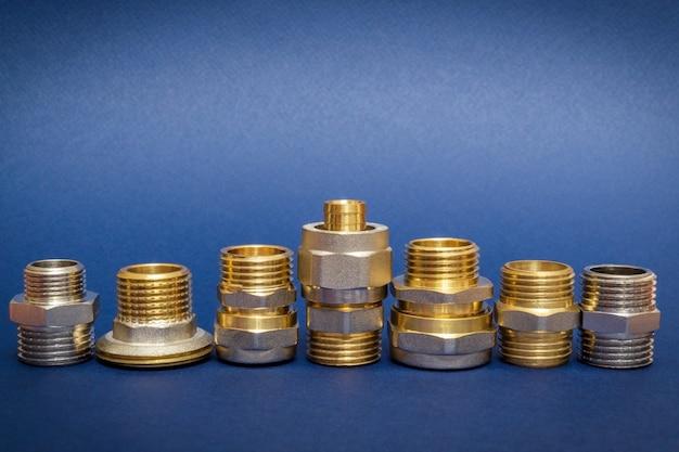 De nombreux raccords en laiton sont souvent utilisés pour se connecter aux installations d'eau et de gaz sur un espace bleu