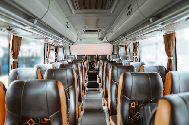 De nombreux sièges vides sans passagers dans le bus