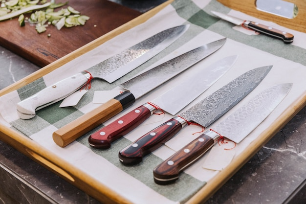 Nombreux types de couteaux de cuisine japonais aiguisés.