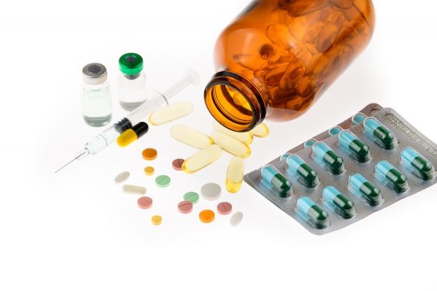 Nombreux types de médicaments, pilules, comprimés de médicaments, capsules, huile de poisson en bouteille et blister, injection de vaccin