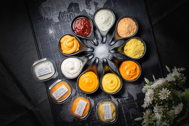De nombreux types de sauces sur fond noir