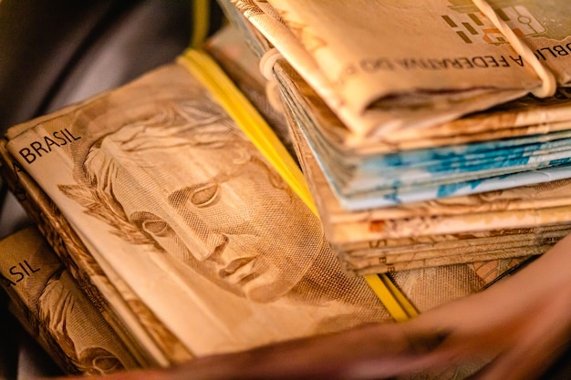 De nombreux vrais billets de banque brésiliens à l'intérieur d'une tirelire pour l'économie brésilienne et les concepts d'épargne