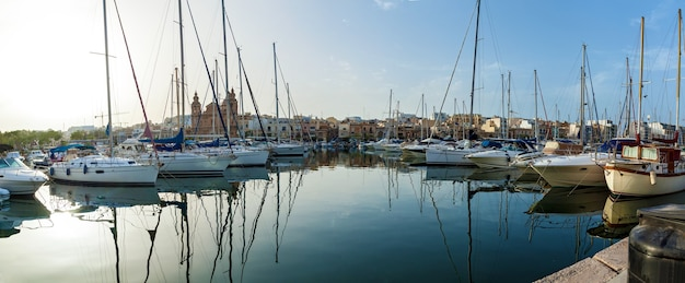 De nombreux yachts et bateaux modernes sont amarrés au rivage de malte. vue imprenable sur le port
