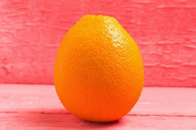 Nombril orange sur bois rose