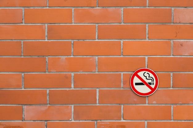 Non fumeur sur fond de briques rouges
