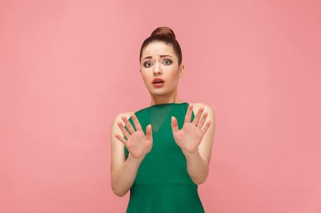 Non! réaction de peur de la belle femme. concept d'émotion et de sentiments d'expression. studio shot, isolé sur fond rose