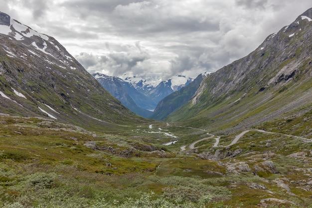 Norvège, belle vue sur la montagne avec ciel nuageux et green valley, paysage de montagne de norvège