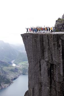 La norvège groupe de personnes restent sur la falaise de la montagne preikestolen prêcheurs chaire chaire rock