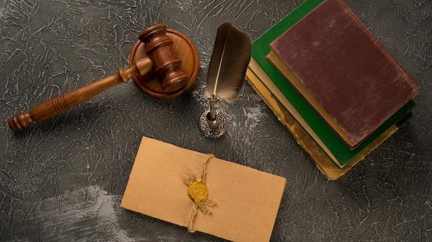 Notaire, avocat. concept de droit avec cachet dans la salle d'audience. droit juge contrat tribunal juridique confiance héritage timbre.