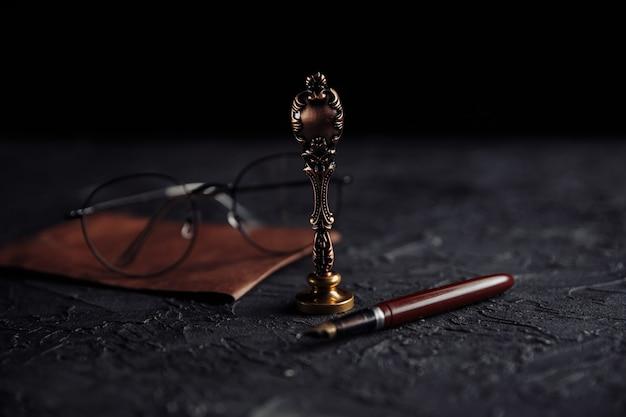 Notaire public outils vieux stylo sceau de cire notariale sans glasess et enveloppe