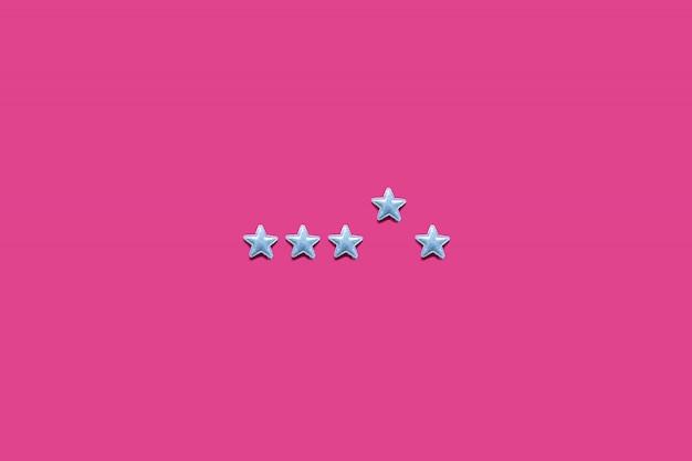Notation de service et concept de prestation de services avec classement par étoiles sur fond rose. minimal
