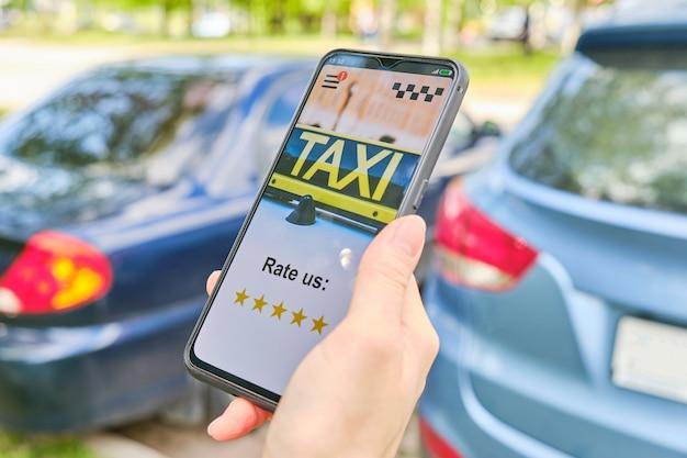 Notations de concept de taxi 5 étoiles dans l'application sur un smartphone.