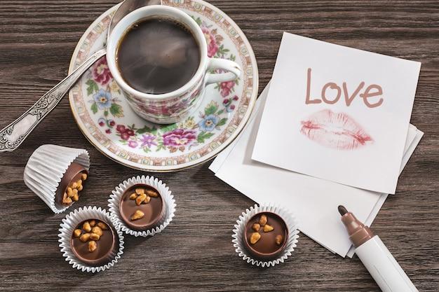 Note d'amour, bonbons et café.