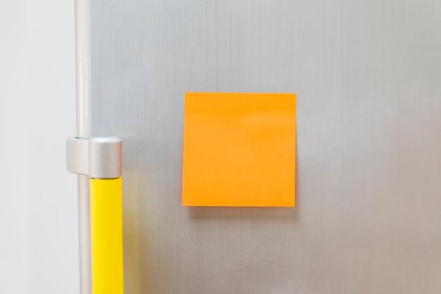 Note du bâton sur le réfrigérateur