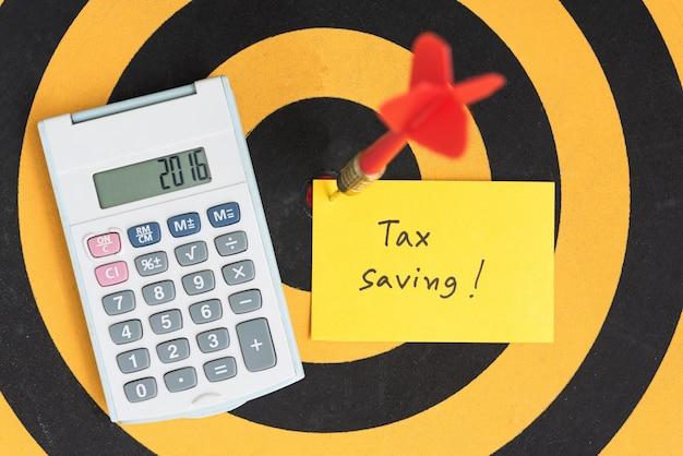 Note d'économie de taxe avec flèche de fléchettes sur bullseye
