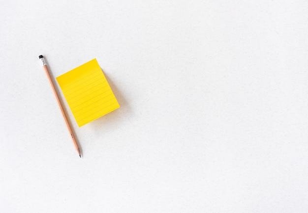 Note de l'espace vintage avec un crayon