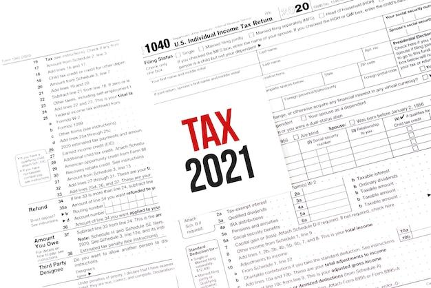 Note de livre blanc avec des mots tax 2021 sur le calendrier
