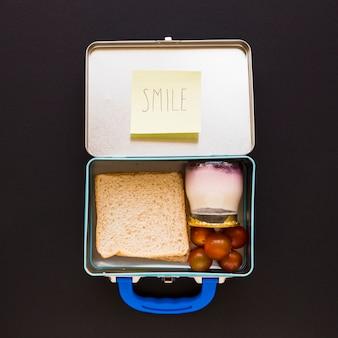 Note mignonne sur la boîte à lunch ouverte