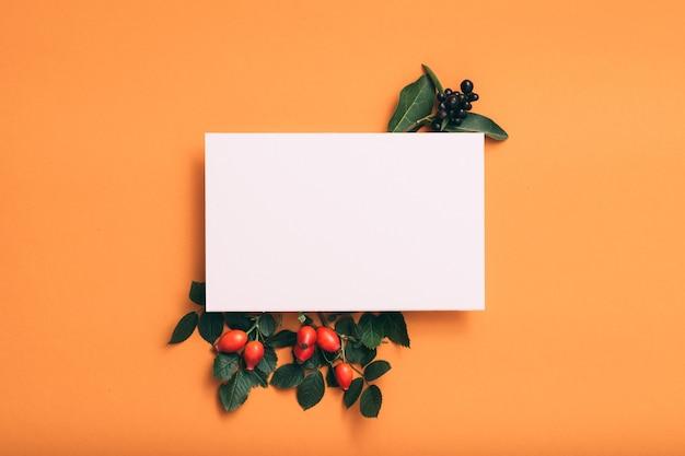 Note de papier blanc ou carte. décor festif de rose musquée.