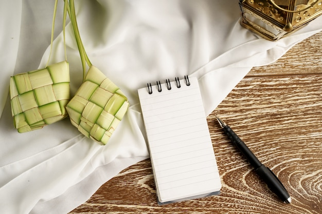 Note de papier blanc avec ketupat