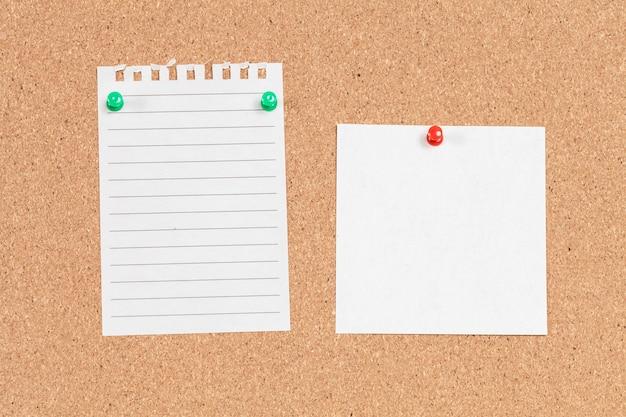 Note papier avec une épingle sur le panneau de liège
