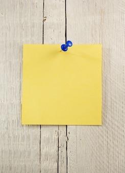 Note papier sur fond en bois