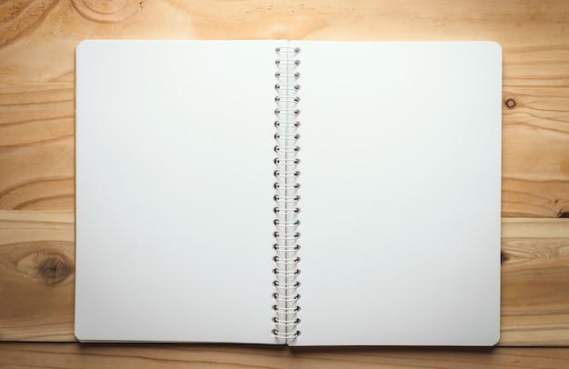Note papier sur fond de texture bois avec espace copie
