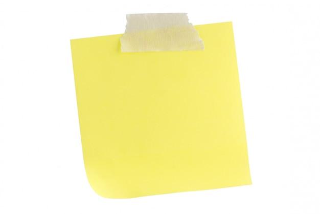 Note de papier jaune avec du ruban adhésif isolé sur blanc