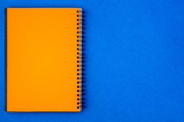 Note de papier jaune sur fond bleu