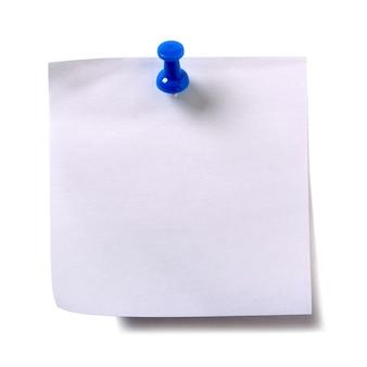 Note post collante blanche avec punaise bleue isolée