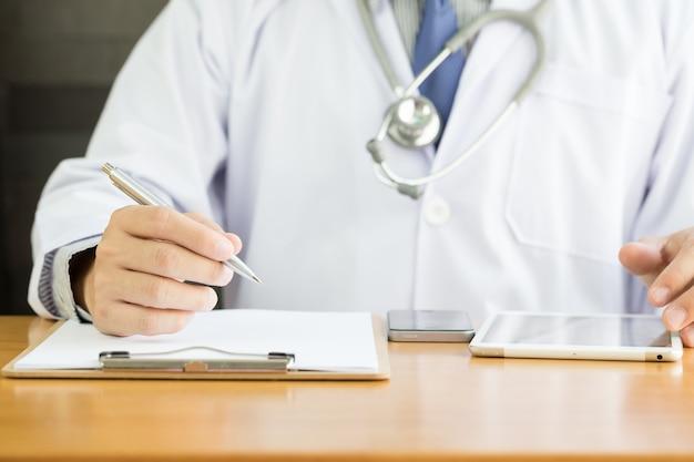Note professionnelle d'écriture de médecin pour les dossiers médicaux sur le nouveau patient