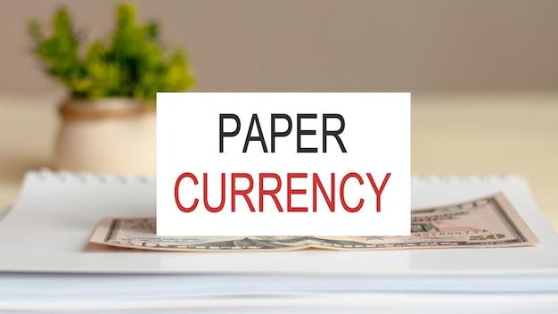 Note textuelle - monnaie papier des candidats, concept d'entreprise sur le bloc-notes. billet sur le mur