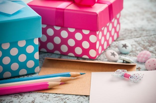 Note vide avec des crayons bleus et roses
