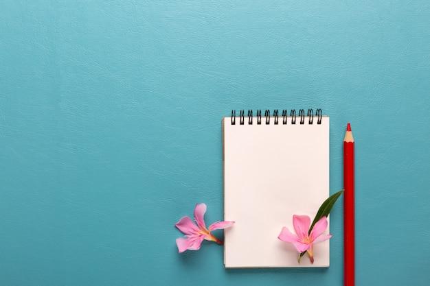 Note vide avec un stylo rouge sur fond bleu