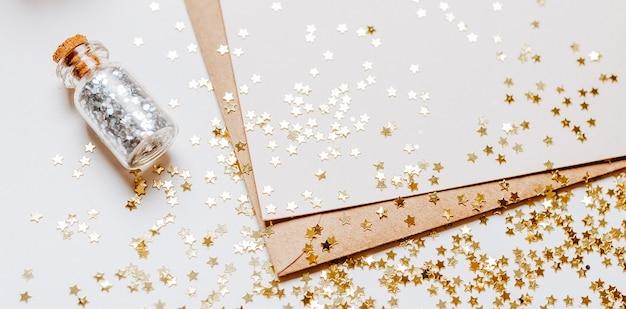Note vierge avec enveloppe, cadeaux et étoiles scintillantes