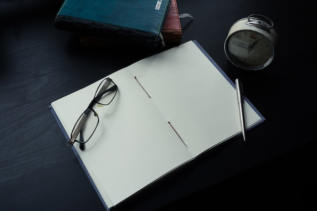 Notebook sur le bureau, espace vide sur le portable