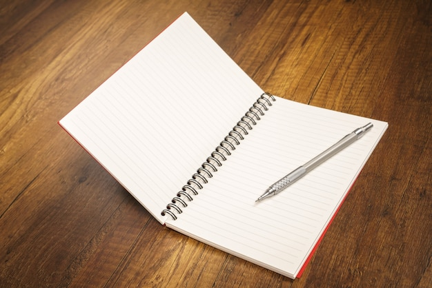 Notebook avec un crayon sur le dessus