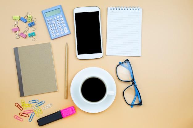 Notebook marron couverture téléphone portable calculatrice noir café blanc tasse bleu lunettes
