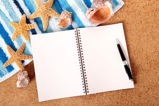 Notebook sur une serviette de plage