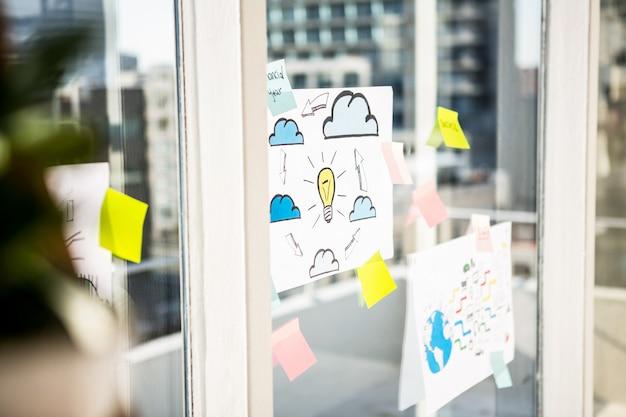 Notes adhésives sur la fenêtre du bureau